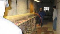 Zainstalowano rury do prowadzenia kabli elektrycznych. Przy ścianie pan Krzyś nasz stoczniowiec, Fot Ula Ziemska