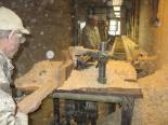 Przepuszczanie przez frezarkę 12-metrowych listew to ciężka praca w hałasie i pyle.